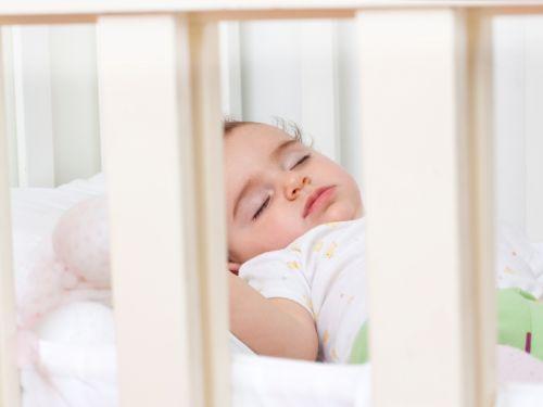 Babys bei Hitze auch nachts nicht zu warm anziehen oder bei enormer Hitze nackt schlafen lassen!