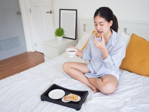 Frühmorgens essen bei Schwangerschaftsübelkeit