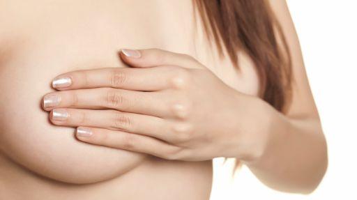 Aus brust kommt weiße flüssigkeit